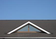 Construcción de la azotea de azulejo de Brown, cielo azul, Imágenes de archivo libres de regalías