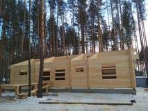 Construcción de la casa de barras de madera imagen de archivo