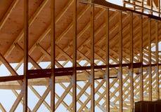 Construcción de la casa con los bragueros de madera del tejado que enmarcan imagen de archivo