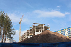 Construcción de la casa, cran y pila de la arena Imágenes de archivo libres de regalías