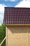 Construcción de la casa de campo en día de verano soleado Imagen de archivo