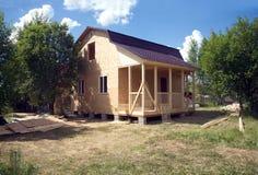 Construcción de la casa de campo en día de verano soleado Imágenes de archivo libres de regalías