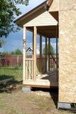 Construcción de la casa de campo en día de verano soleado Fotos de archivo