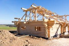 Construcción de la casa de madera en naturaleza Imagen de archivo libre de regalías