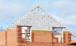 Construcción de la casa del edificio con el aislamiento para el ahorro de la energía Casa del aislamiento, construcción del aisla Foto de archivo libre de regalías