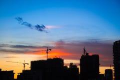 Construcción de la ciudad en la puesta del sol Foto de archivo libre de regalías