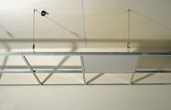 Construcción de la estructura de un techo suspendido imagenes de archivo