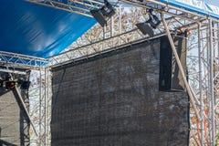 Construcción de la etapa con los bragueros, los altavoces y la iluminación de la etapa foto de archivo