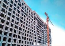 Construcción de la grúa y de edificios contra el cielo azul Imagen de archivo libre de regalías