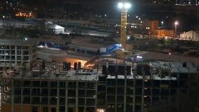 Construcción de la noche de un edificio residencial almacen de metraje de vídeo