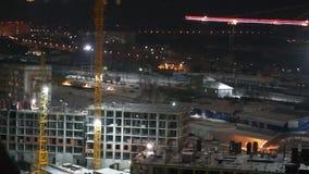 Construcción de la noche de un edificio residencial almacen de video