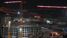 Construcción de la noche de un edificio residencial metrajes