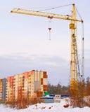 Construcción de la nueva casa con la grúa Fotos de archivo