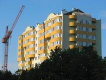 Construcción de la nueva casa de apartamentos moderna Fotos de archivo libres de regalías