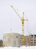 Construcción de la nueva casa de vivienda con cran de la torre Fotografía de archivo libre de regalías