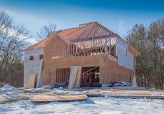 Construcción de la nueva casa que enmarca con el forro del tablero de madera aglomerada Fotografía de archivo libre de regalías