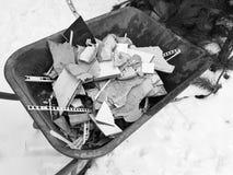 Construcción de la reparación y basura de la construcción en la carretilla de la construcción fotografía de archivo