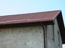 Construcción de la techumbre con el sistema del canal de la pared y de la lluvia del estuco Imágenes de archivo libres de regalías