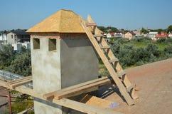 Construcción de la techumbre Instalación del tejado de madera en la chimenea de la casa imagen de archivo