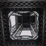 Construcción de la torre Eiffel vista de debajo Fotografía de archivo libre de regalías