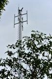 Construcción de la torre para instalar la antena del sistema de comunicación inalámbrico fotografía de archivo
