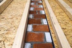 Construcción de las paredes de madera del marco de un nuevo sitio de la casa de campo La O.N.U Fotos de archivo