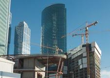 Construcción de los edificios de oficinas Fotos de archivo libres de regalías