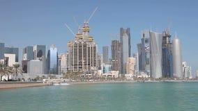 Construcción de los rascacielos en Doha céntrico Imágenes de archivo libres de regalías