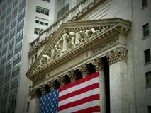 Construcción de New York Stock Exchange exterior con la bandera Fotografía de archivo