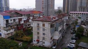 Construcción de nuevos altos rascacielos Vista panorámica de los edificios altos viejos y nuevos de la ciudad almacen de video