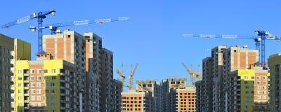 Construcción de nuevos edificios residenciales contra el cielo fotos de archivo