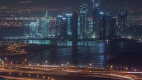 Construcción de nuevos rascacielos en timelapse aéreo de la noche del puerto de Dubai Creek Dubai - UAE metrajes