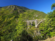 Construcción de puente. Puente del arco de Durdevica Tara en las montañas, Fotografía de archivo libre de regalías