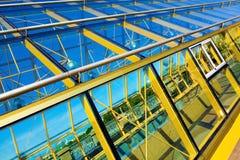 Construcción de puente suspendida amarillo Imagen de archivo libre de regalías