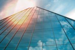 Construcción de un ángulo bajo del negocio de la oficina corporativa Vidrio y rascacielos de acero del distrito financiero de Art fotografía de archivo libre de regalías