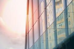 Construcción de un ángulo bajo del negocio de la oficina corporativa Vidrio y rascacielos de acero del distrito financiero de Art fotografía de archivo