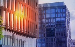 Construcción de un ángulo bajo del negocio de la oficina corporativa Vidrio y rascacielos de acero del distrito financiero de Art imagenes de archivo