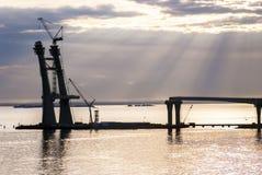 Construcción de un camino y de un puente de oscilación en el mar Fotografía de archivo libre de regalías