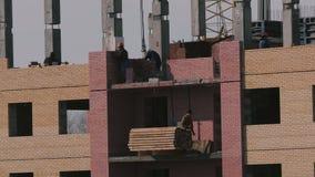 Construcción de un edificio alto del ladrillo almacen de video
