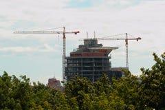 Construcción de un edificio de varios pisos Imagen de archivo libre de regalías