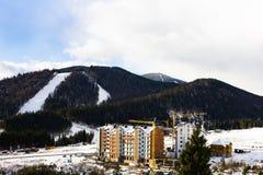 Construcción de un edificio grande en las montañas Foto de archivo libre de regalías