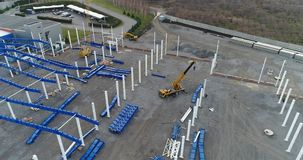 Construcción de un edificio industrial o de una fábrica grande, exterior del edificio industrial, exterior industrial moderno metrajes