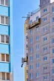 Construcción de un edificio de varios pisos en una vecindad joven imágenes de archivo libres de regalías