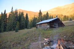 Construcción de un fuego en la cabina Imagen de archivo libre de regalías