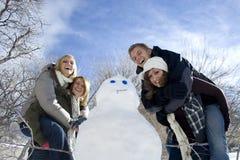 Construcción de un muñeco de nieve Imagen de archivo libre de regalías