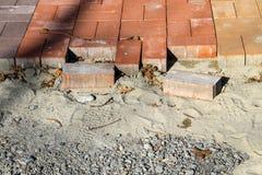 Construcción de un nuevo pavimento de losas Adoquines del pavimento Imagen de archivo libre de regalías