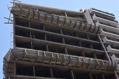 Construcción de un nuevo rascacielos en la ciudad Imágenes de archivo libres de regalías