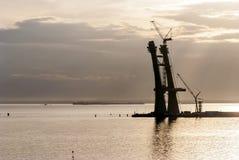 Construcción de un puente de oscilación en el mar Fotografía de archivo