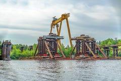 Construcción de un puente sobre el río Construcción temporal Imágenes de archivo libres de regalías