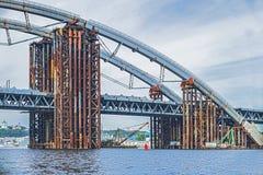 Construcción de un puente sobre el río Construcción temporal del metal Imagen de archivo libre de regalías
